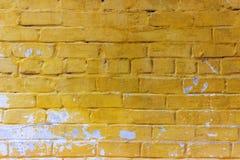 Bakgrund av den smutsiga tegelstenväggen för gammal tappning med skalningsmurbruk bakgrund eller texturerar Arkivbilder