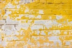 Bakgrund av den smutsiga tegelstenväggen för gammal tappning med skalningsmurbruk bakgrund eller texturerar Royaltyfria Bilder