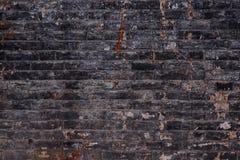 Bakgrund av den smutsiga tegelstenväggen för gammal tappning med skalningsmurbruk, textur Arkivbilder