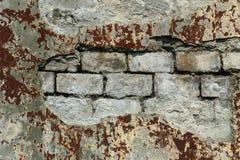 Bakgrund av den smutsiga tegelstenv?ggen f?r gammal tappning med skalningsmurbruk arkivfoton