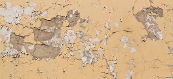 Bakgrund av den spruckna väggen för gammal guling Royaltyfri Bild