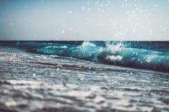 bakgrund av den suddiga stranden och havet vinkar med bokeh royaltyfria bilder