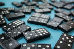 Bakgrund av desorganiserade dominobrickastycken över blått arkivfoton