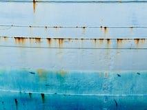 Bakgrund av det blåa grungy stålskrovet av havshipen Arkivfoton