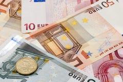 Bakgrund av det eurosedlar och myntet Royaltyfri Fotografi