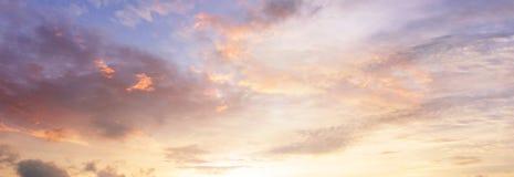 Bakgrund av det f?rgrika himmelbegreppet: Dramatisk solnedg?ng med skymningf?rghimmel och moln royaltyfria bilder