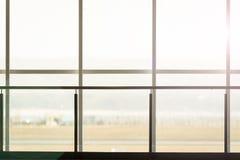 Bakgrund av det slutliga fönstret i flygplats Arkivfoton