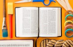 Bakgrund av en bibel med objekt för biblisk utbildning royaltyfri fotografi