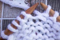 Bakgrund av en lös tova av vitt fast garn Royaltyfri Foto