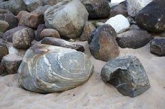Bakgrund av enorma gråa stenar med modeller arkivbilder