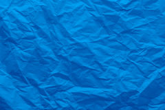 Bakgrund av ett skrynkligt blått papper Arkivbild