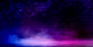 Bakgrund av ett tomt mörker-svart rum Tomma tegelstenväggar, ljus, rök, glöd, strålar royaltyfri bild