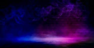 Bakgrund av ett tomt mörker-svart rum Tomma tegelstenväggar, ljus, rök, glöd, strålar royaltyfri fotografi