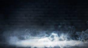 Bakgrund av ett tomt mörker-svart rum Tomma tegelstenväggar, ljus, rök, glöd, strålar royaltyfri foto