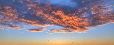 Bakgrund av färgrik himmel och moln Arkivfoton