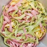Bakgrund av färgrik pasta som textur, närbild Blandade färger Arkivbilder