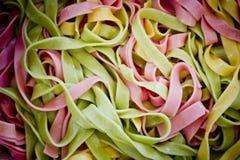Bakgrund av färgrik pasta som textur, närbild Blandade färger Royaltyfri Foto