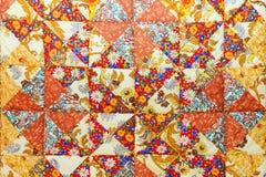 Bakgrund av färgrika patchworktyger Arkivfoton