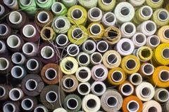 Bakgrund av färgrika rullar av tråden Royaltyfri Foto