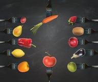 Bakgrund av gafflar med olika grönsaker och frukter Royaltyfri Bild