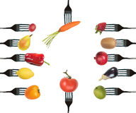 Bakgrund av gafflar med olika grönsaker och frukter Arkivbild