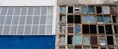 Bakgrund av gamla brutna fönster Arkivbilder