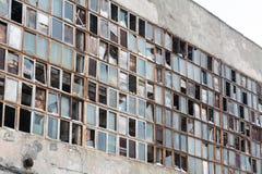 Bakgrund av gamla brutna fönster Arkivfoto