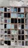Bakgrund av gamla brutna fönster Arkivbild