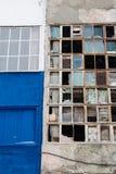Bakgrund av gamla brutna fönster Rysk flagga på väggen Arkivfoton