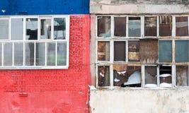 Bakgrund av gamla brutna fönster Rysk flagga på väggen Royaltyfria Bilder