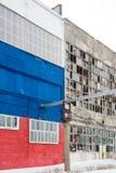 Bakgrund av gamla brutna fönster Rysk flagga på väggen Arkivfoto