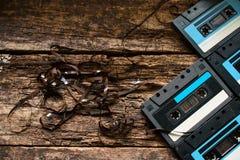 Bakgrund av gamla kassetter och band arkivbild