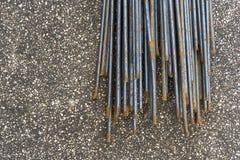 Bakgrund av gammal metall, rund stång för milt stål Bakgrund för förstärkningstålingrepp royaltyfri foto