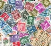 Bakgrund av gammala U.S.-portostämplar Arkivfoto