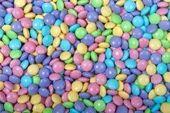 Bakgrund av godisen täckte choklader stänger sig upp fotografering för bildbyråer