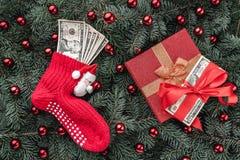 Bakgrund av granfilialer Gåva pengar Jultomten röda socka med pengar klaus santa för frost för påsekortjul sky Top beskådar Xmas- arkivfoton