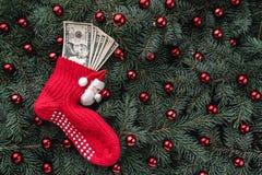 Bakgrund av granfilialer Jultomten röda socka med pengar klaus santa för frost för påsekortjul sky Top beskådar Xmas-lyckönskan arkivfoton