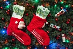 Bakgrund av granfilialer Jultomten röda strumpor med pengar klaus santa för frost för påsekortjul sky Top beskådar Xmas-lyckönska arkivfoton
