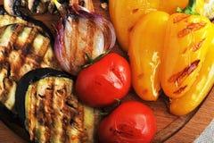 Bakgrund av grillade grönsaker - zucchini, peppar, lökar, till Fotografering för Bildbyråer
