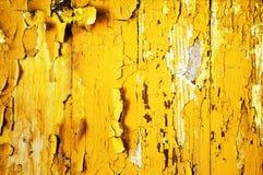 Bakgrund av gul målarfärg på den gamla träväggen Royaltyfri Fotografi