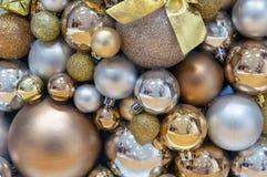Bakgrund av guld- och silverjulbollar Garneringar nytt år, jul arkivfoton