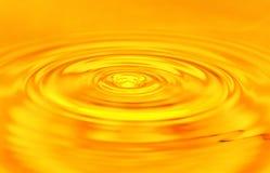 Bakgrund av guld- vatten Royaltyfria Bilder
