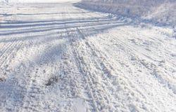 Bakgrund av gummihjulspår i snö Arkivfoton
