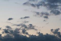 Bakgrund av himmel med åskmoln arkivbild