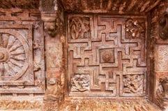 Bakgrund av indisk vagga-snitt arkitektur Tak med sniden labyrint 6th århundradegrottatempel i staden Badami, Indien Arkivfoton