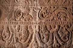 Bakgrund av indisk vagga-snitt arkitektur Vägg med sned modeller i den 6th århundradegrottatemplet, Indien Arkivbild