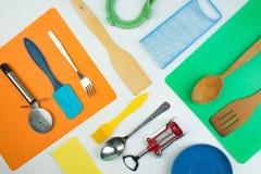 Bakgrund av köksgeråd på det vita träköksbordet Verktyg Top beskådar arkivbild