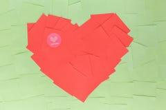 Bakgrund av klistermärkear i formen en röd hjärta Arkivbild