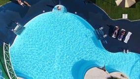 Bakgrund av krusigt vatten i simbassäng- och trädurk plats Tom pöldet fria, bästa sikt Pöl från bästa sikt arkivfilmer