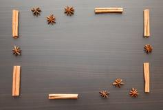 Bakgrund av kryddor på en trätabell Fotografering för Bildbyråer